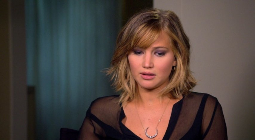 Jennifer Lawrence - Katniss Everdeen - über Trish Summerville und die Kostüme - OV-Interview Poster