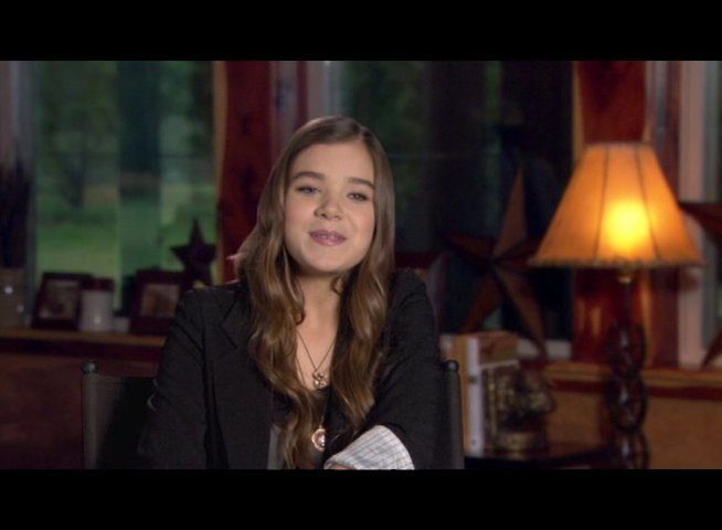 Hailee Steinfeld (Mattie Ross) über Matt Damon - OV-Interview Poster