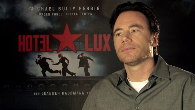 Bully Herbig - Um was geht es in Hotel Lux - Interview Poster