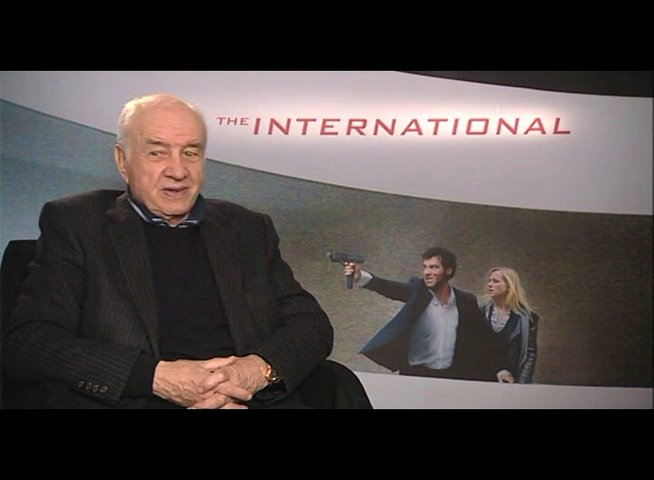 Armin Mueller-Stahl zu THE INTERNATIONAL - Interview Poster