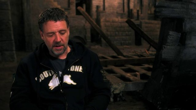 Russell Crowe über Tom Hoopers Herangehensweise an das Filmprojekt - OV-Interview Poster