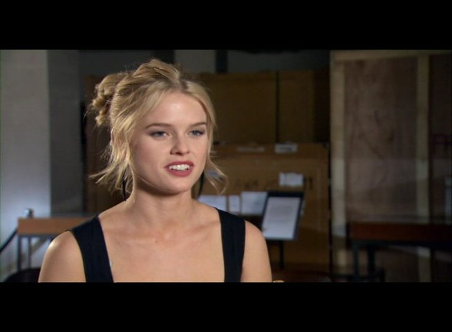 Alice Eve (Molly) über ihre Rolle - OV-Interview Poster
