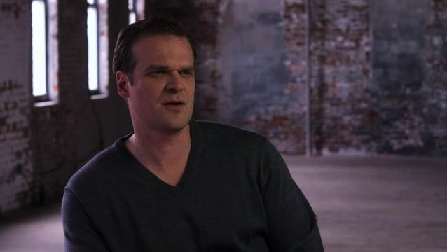 David Harbour über seine Figur Ray - OV-Interview Poster