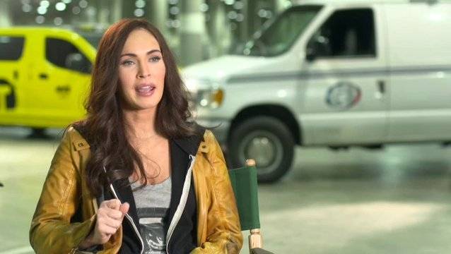 Megan Fox - April ONeil - über Michelangelo - OV-Interview Poster