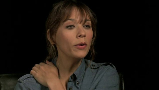 Rashida Jones - Julia - über die Arbeit mit Chris Odowd - OV-Interview Poster