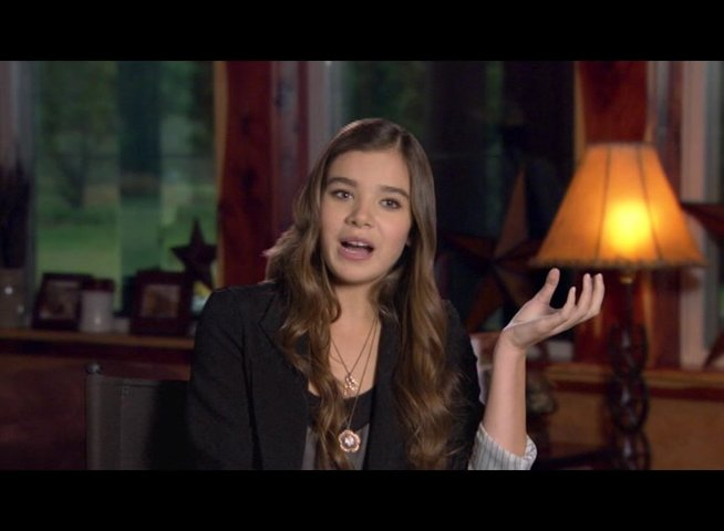 Hailee Steinfeld (Mattie Ross) über Jeff Bridges - OV-Interview Poster