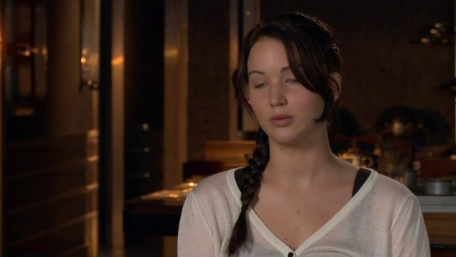 JENNIFER LAWRENCE -Katniss Everdeen- über die Sets im Film - OV-Interview Poster