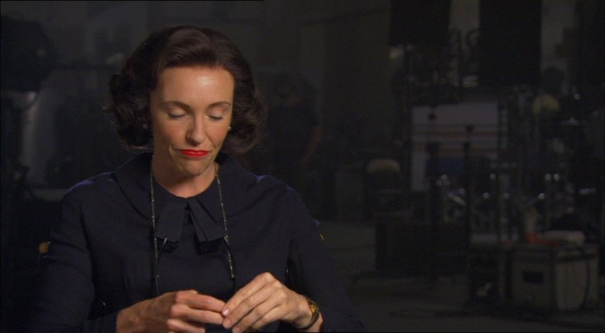Toni Collette (Peggy Robertson) über ihre Rolle als Peggy Robertson - OV-Interview Poster