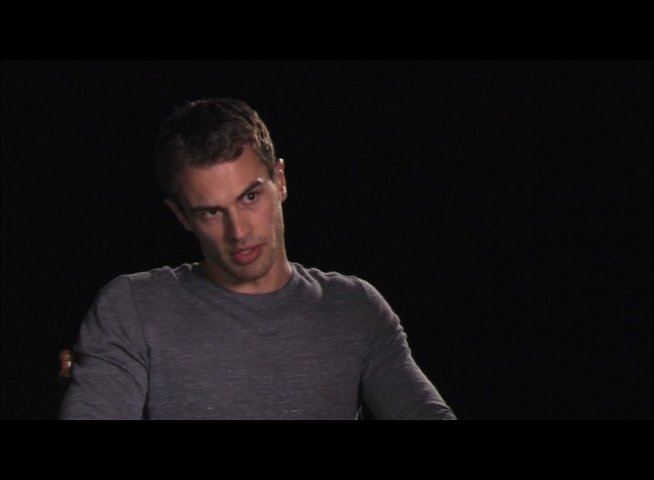 Theo James über die Story - OV-Interview Poster