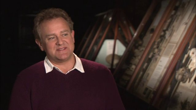 Hugh Bonneville - Mr Brown - über Paddingtons Beziehung zu der Familie Brown - OV-Interview Poster