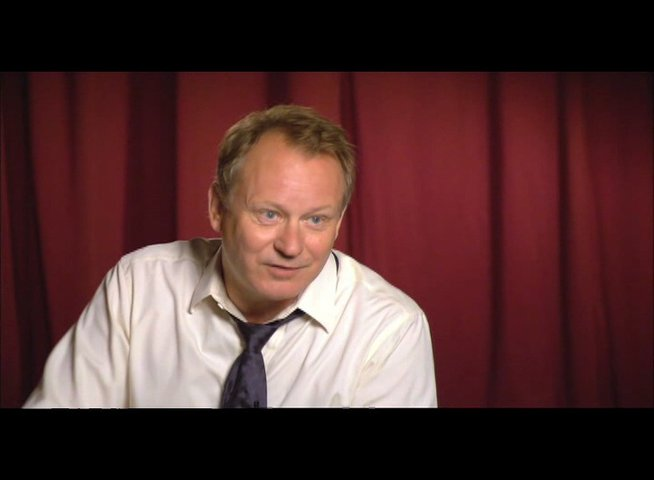 "Stellan Skarsgård (""Kommandant Richter"") über Ron Howard - OV-Interview Poster"
